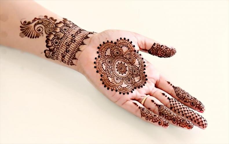 फेस्टिवल हो या नवरात्रि हो या करवा चौथ तक, हर फेस्टिवल के लिए हैं ये मेहंदी डिज़ाइन्स.....