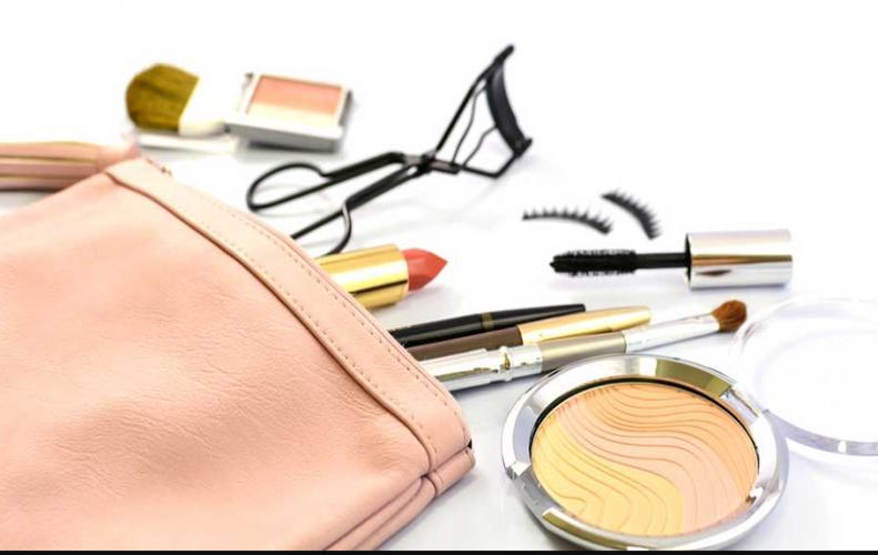 OMG ! अपने पर्स में लड़कियां क्या क्या रखती है