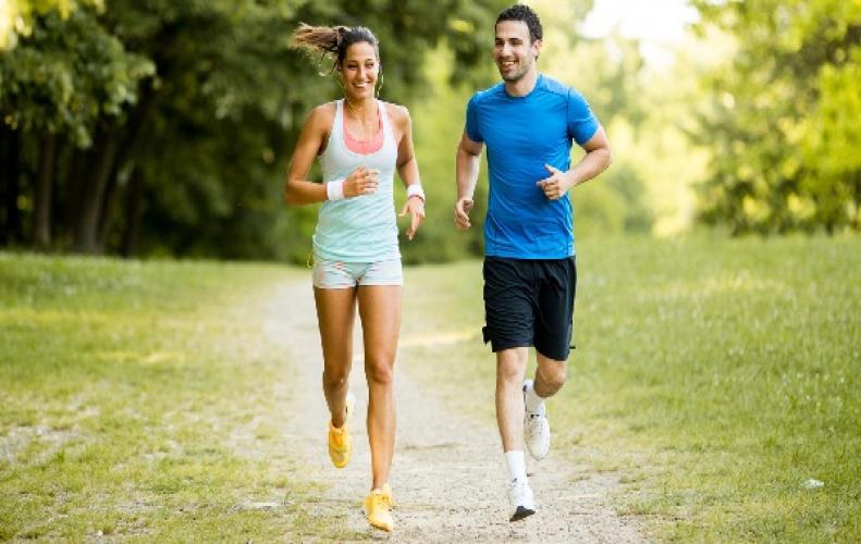 सीधा दौड़ने की बजाय उल्टा दौड़ते है, उल्टी दौड़ रखेगी आपको ज्यादा फिट