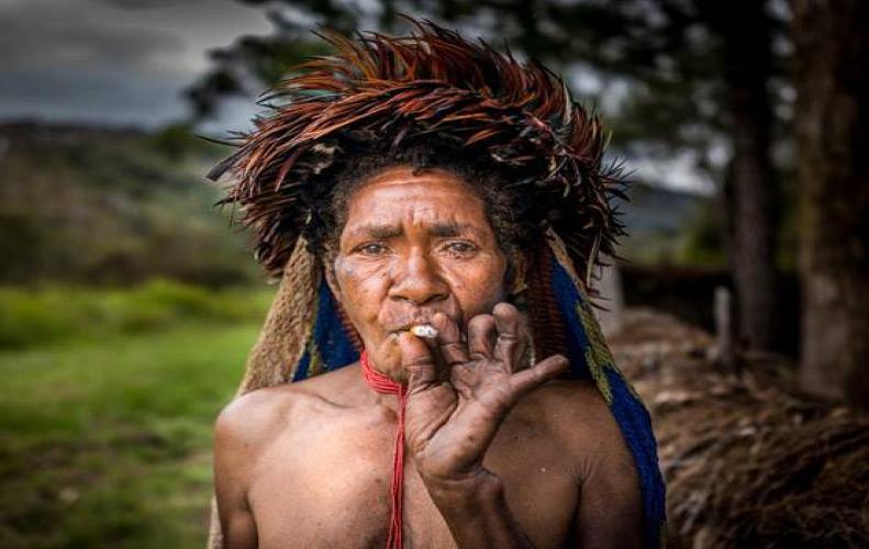 अपनों के मरने के गम में महिलाओं की काट दी जाती उँगलियाँ