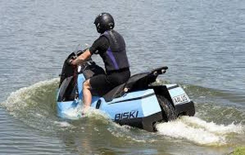 क्या आप जानते है पानी और सड़क दोनों पर चलता है ये स्कूटर...