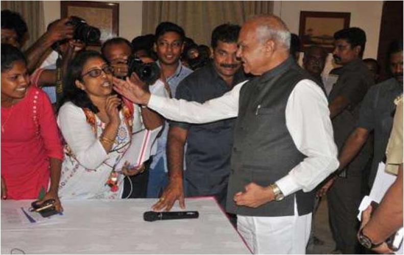 पत्रकार के चेहरे को छूकर विवाद में फंसे तमिलनाडु के राज्यपाल बनवारी लाल पुरोहित...