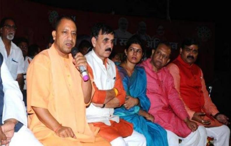 बीजेपी नेताओं की UP में खुली पोल, योगी ने की रात्रि चौपाल तो आया सच सामने...